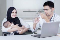Ο γιατρός κρατά τη σύριγγα για να δώσει το εμβόλιο στο μωρό Στοκ εικόνα με δικαίωμα ελεύθερης χρήσης