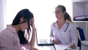 Ο γιατρός λέει τις κακές ειδήσεις για την υγεία στο λυπημένο ασθενή στον πίνακα στην κλινική γονιμότητας απόθεμα βίντεο