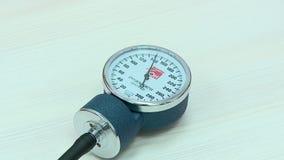 Ο γιατρός μετρά τη πίεση του αίματος ενός ασθενή στο γραφείο απόθεμα βίντεο