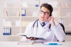 Ο γιατρός νεαρών άνδρων στην ιατρική έννοια Στοκ Εικόνα