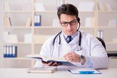 Ο γιατρός νεαρών άνδρων στην ιατρική έννοια Στοκ εικόνα με δικαίωμα ελεύθερης χρήσης