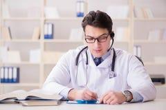 Ο γιατρός νεαρών άνδρων στην ιατρική έννοια Στοκ φωτογραφία με δικαίωμα ελεύθερης χρήσης