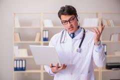 Ο γιατρός νεαρών άνδρων στην ιατρική έννοια Στοκ Εικόνες