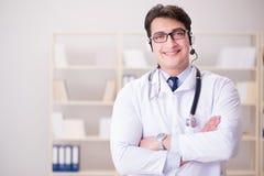 Ο γιατρός νεαρών άνδρων στην ιατρική έννοια Στοκ εικόνες με δικαίωμα ελεύθερης χρήσης
