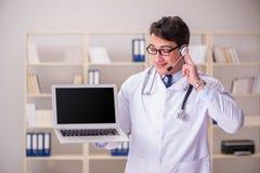 Ο γιατρός νεαρών άνδρων στην ιατρική έννοια Στοκ Φωτογραφία