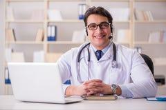 Ο γιατρός νεαρών άνδρων στην ιατρική έννοια Στοκ Φωτογραφίες