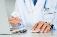 Ο γιατρός ορίζει μια ιατρική Στοκ Εικόνες