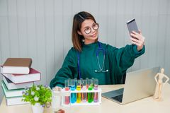 Ο γιατρός πήρε μια εικόνα του με το κινητό τηλέφωνό του στοκ εικόνα