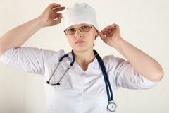 Ο γιατρός παιδιών ` s προετοιμάζεται να λάβει τους ασθενείς στο γραφείο του Τα ευτυχή παιδιά αγαπούν πολύ ενός καλού παιδιάτρου κ στοκ φωτογραφία με δικαίωμα ελεύθερης χρήσης