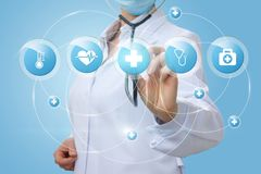 Ο γιατρός παρουσιάζει τα εικονίδια της ιατρικής φροντίδας Στοκ φωτογραφία με δικαίωμα ελεύθερης χρήσης