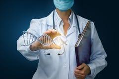 Ο γιατρός παρουσιάζει DNA υπό εξέταση Στοκ Εικόνες