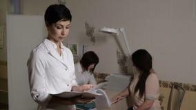 Ο γιατρός περνά από τα έγγραφα φιλμ μικρού μήκους