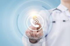Ο γιατρός πιέζει το κουμπί κλήσης Στοκ φωτογραφία με δικαίωμα ελεύθερης χρήσης