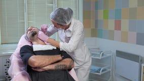 Ο γιατρός πλησιάζει τον ασθενή απόθεμα βίντεο
