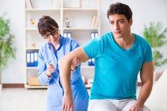 Ο γιατρός που ελέγχει τις αντανακλάσεις νεύρων με το σφυρί Στοκ Εικόνες