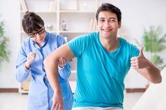 Ο γιατρός που ελέγχει τις αντανακλάσεις νεύρων με το σφυρί Στοκ Φωτογραφία