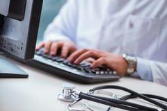 Ο γιατρός που εργάζεται στον υπολογιστή Στοκ φωτογραφία με δικαίωμα ελεύθερης χρήσης