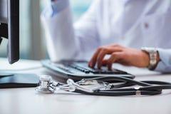 Ο γιατρός που εργάζεται στον υπολογιστή Στοκ εικόνες με δικαίωμα ελεύθερης χρήσης