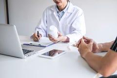Ο γιατρός που παρουσιάζει την έκθεση της διάγνωσης, σύμπτωμα της ασθένειας και συστήνει κάτι μια μέθοδος με την υπομονετική θεραπ στοκ εικόνες
