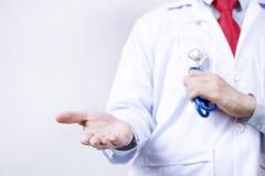 Ο γιατρός που παρουσιάζει τον κενό φοίνικα δικοί του παραδίδει το άσπρο υπόβαθρο Στοκ εικόνα με δικαίωμα ελεύθερης χρήσης