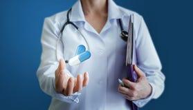Ο γιατρός προσφέρει τα φάρμακα για τη θεραπεία της ασθένειας Στοκ εικόνες με δικαίωμα ελεύθερης χρήσης