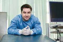 Ο γιατρός σε ένα ιατρικό γραφείο Στοκ φωτογραφίες με δικαίωμα ελεύθερης χρήσης