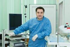 Ο γιατρός σε ένα ιατρικό γραφείο Στοκ φωτογραφία με δικαίωμα ελεύθερης χρήσης