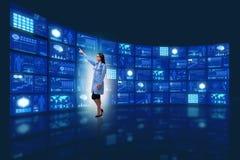 Ο γιατρός στα πιέζοντας κουμπιά έννοιας τηλεϊατρικής Στοκ φωτογραφία με δικαίωμα ελεύθερης χρήσης