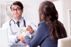 Ο γιατρός στην έννοια δωροδοκίας με την προσφορά της δωροδοκίας στοκ φωτογραφίες