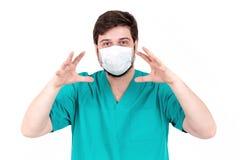 Ο γιατρός στη μάσκα παρουσιάζει συγκίνηση Στην άσπρη ανασκόπηση Στοκ φωτογραφία με δικαίωμα ελεύθερης χρήσης