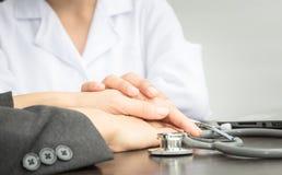 Ο γιατρός συμβουλεύεται τον ασθενή Στοκ Φωτογραφίες