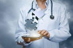 Ο γιατρός συνδέει τους εικονικούς γρίφους τορνευτικών πριονιών στοκ εικόνα με δικαίωμα ελεύθερης χρήσης
