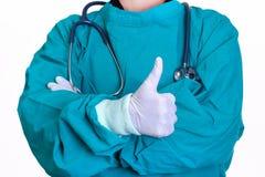 Ο γιατρός χειρούργων παρουσιάζει τους αντίχειρες ομοειδούς Στοκ Φωτογραφίες