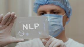 Ο γιατρός χρησιμοποιεί την ταμπλέτα με την ΕΦΓ κειμένων ελεύθερη απεικόνιση δικαιώματος