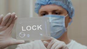 Ο γιατρός χρησιμοποιεί την ταμπλέτα με την κλειδαριά κειμένων απεικόνιση αποθεμάτων