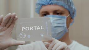 Ο γιατρός χρησιμοποιεί την ταμπλέτα με την πύλη κειμένων απεικόνιση αποθεμάτων