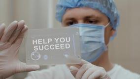 Ο γιατρός χρησιμοποιεί την ταμπλέτα με τη βοήθεια κειμένων που πετυχαίνετε φιλμ μικρού μήκους