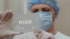 Ο γιατρός χρησιμοποιεί την ταμπλέτα με τον κίνδυνο κειμένων φιλμ μικρού μήκους