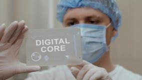 Ο γιατρός χρησιμοποιεί την ταμπλέτα με τον ψηφιακό πυρήνα κειμένων φιλμ μικρού μήκους