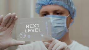 Ο γιατρός χρησιμοποιεί την ταμπλέτα με το επόμενο επίπεδο κειμένων διανυσματική απεικόνιση