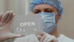 Ο γιατρός χρησιμοποιεί την ταμπλέτα με το κείμενο ανοικτό ελεύθερη απεικόνιση δικαιώματος