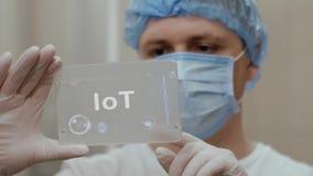Ο γιατρός χρησιμοποιεί την ταμπλέτα με το κείμενο IoT ελεύθερη απεικόνιση δικαιώματος