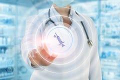 Ο γιατρός χτυπά στο κουμπί του εμβολιασμού Στοκ εικόνα με δικαίωμα ελεύθερης χρήσης