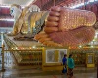 Ο γιγαντιαίος ξαπλώνοντας Βούδας σε Yangon Στοκ Φωτογραφία