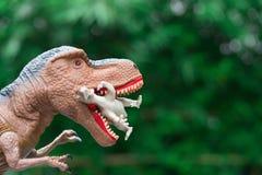 Ο γιγαντιαίος τυραννόσαυρος πιάνει έναν μικρότερο δεινόσαυρο Στοκ Εικόνες