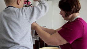 Ο γιος βοηθά να παραγάγει το μάγειρα φιλμ μικρού μήκους