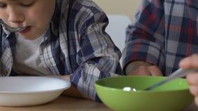 Ο γιος και ο ενιαίος πατέρας που έχουν το φτωχό πρόγευμα μαζί, υποσιτισμός, κλείνουν επάνω απόθεμα βίντεο