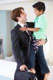 Ο γιος χαιρετά τον πατέρα στην επιστροφή από την εργασία στοκ φωτογραφία με δικαίωμα ελεύθερης χρήσης