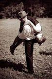 Ο γκάγκστερ κλέβει τη γυναίκα στοκ φωτογραφία με δικαίωμα ελεύθερης χρήσης