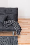 Ο γκρίζος καναπές με τα μαξιλάρια και ρίχνει Στοκ Φωτογραφία